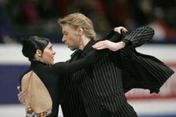 Francúzsky tanečný pár Isabelle Delobelová a Olivier Schoenfelder pri povinnom tangu.