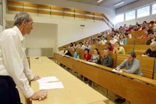Študenti môžu požiadať o odpustenie poplatku alebo o splátkový kalendár.