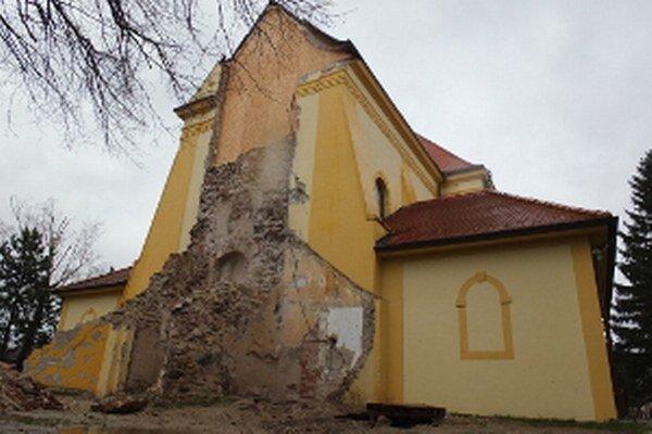 Kunovská zvonica sa nechce dočkať osudu zvonice v Lábe, ktorá sa zrútila minulý rok.