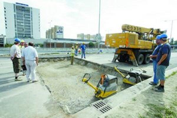 Stavebného materiálu je dosť, avšak pri výstavbe diaľnic môže byť nedostatok pracovných síl.