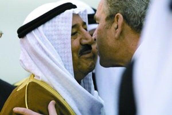 Americký prezident sa zdraví s kuvajtským emirom.