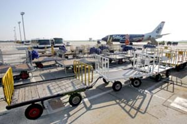 Rezort dopravy o rozvoji bratislavského letiska zatiaľ rokoval len s viedenským letiskom.