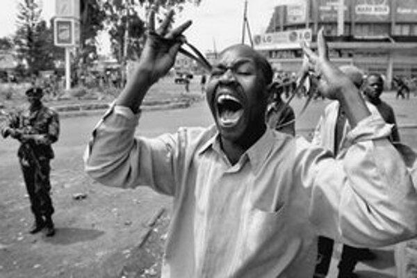 Kenská opozícia začala včera trojdňové protesty proti výsledkom volieb. Polícia odpovedala slzným plynom aj streľbou.