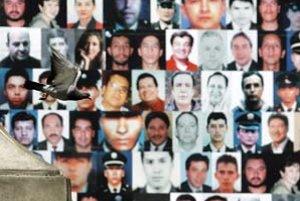 Niektorí z unesených na bráne radnice v Bogote.