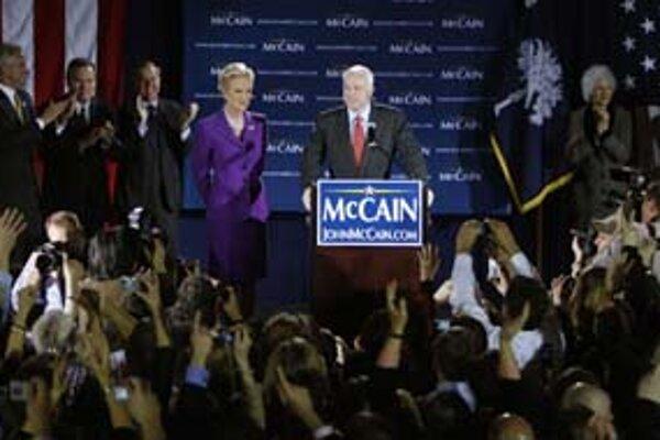 McCain oslavuje víťazstvo s manželkou Cindy a stúpencami.