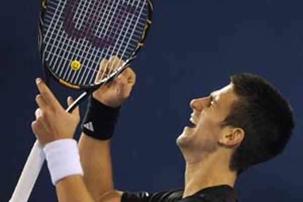 Semifinálové emócie. Hore šťastný Novak Djokovič, dolu porazený Roger Federer.