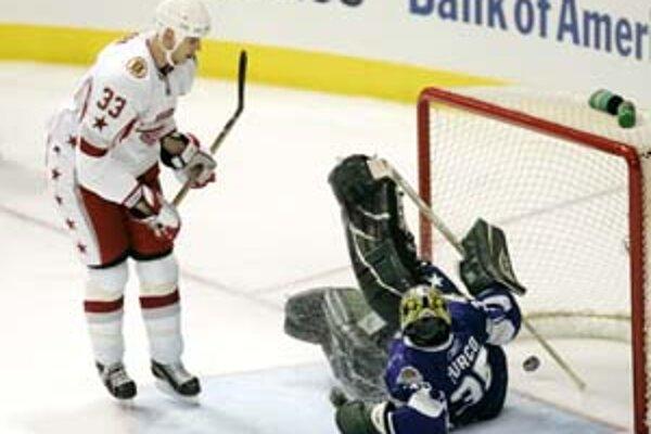 Vo vlaňajšej gólovej prestrelke tímov Západnej - Východnej konferencie NHL v Dallase (12:9) strelil dva góly zdolaného mužstva slovenský obranca Zdeno Chára. V druhej tretine prekonal domáceho brankára Martyho Turca strelou zblízka. Chára je aj v zostave