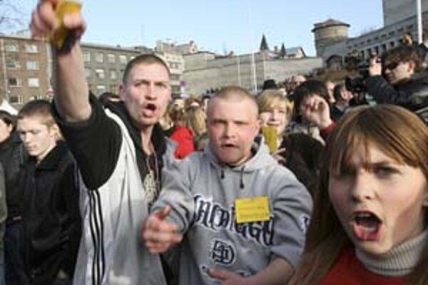 Proti rozhodnutiu vlády premiestniť ruský vojnový pamätník protestovali vlani v Tallinne stovky etnických Rusov.