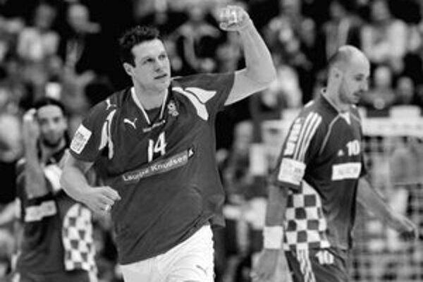 Dán Michael Knudsen oslavuje gól v sieti súpera. Vpravo je Chorvát Davor Dominikovič. Z finálového stretnutie ME hádzanárov Dánsko – Chorvátsko 24:20.