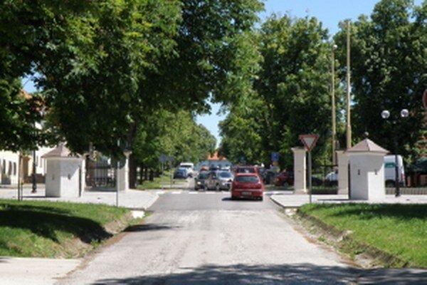 Horná časť Zámockej ulice s opravenými strážnymi vežičkami.