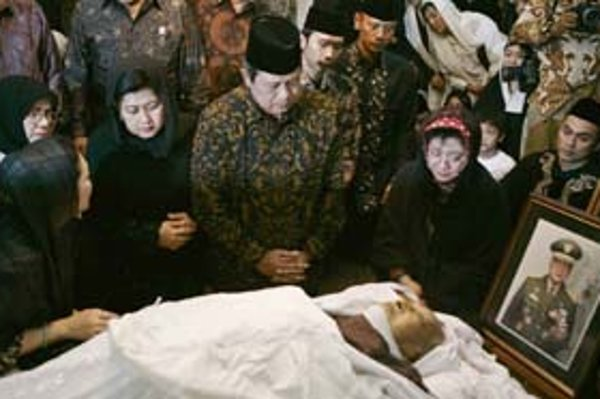 Suhartov režim mal na svedomí asi milión ľudí. Napriek tomu si jeho pamiatku uctili významní indonézski politici.