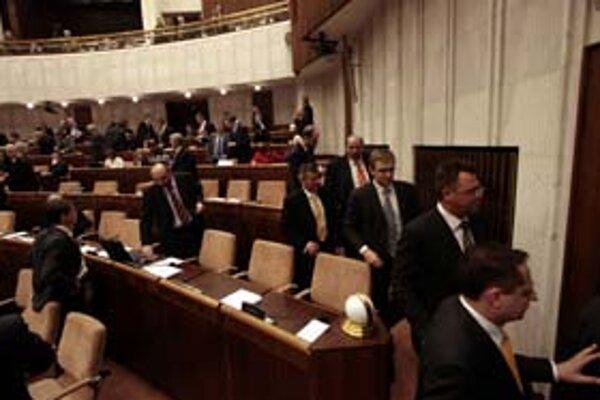 Poslanci opozície dišli z rokovacej a koalícia preložila hlasovanie o Lisabonskej zmluve na budúci štvrtok.