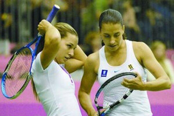 Dominika Cibulková a Janette Husárová vo štvorhre proti Češkám Nicole Vaidišovej a Květe Peschkeovej.