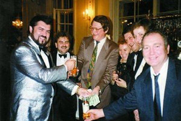 Prvý rok samostatnosti, Marián Tkáč (v strede) počas oslavy meny peňazí.