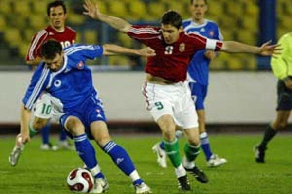 Zdenko Štrba (vľavo) bojuje o loptu so Zoltánom Gerom. Z priateľského medzištátneho stretnutia v cyperskom Limassole Slovensko – Maďarsko 1:1.