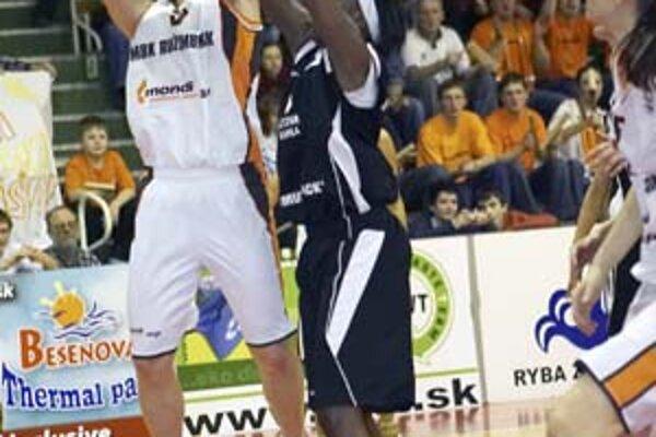 Ružomberčanka Lindsey Wilsomová pri streľbe na kôš Izraelčaniek. Z odvetného stretnutia FIBA EuroCup žien MBK Ružomberok - Elitzur Ramla 62:70.