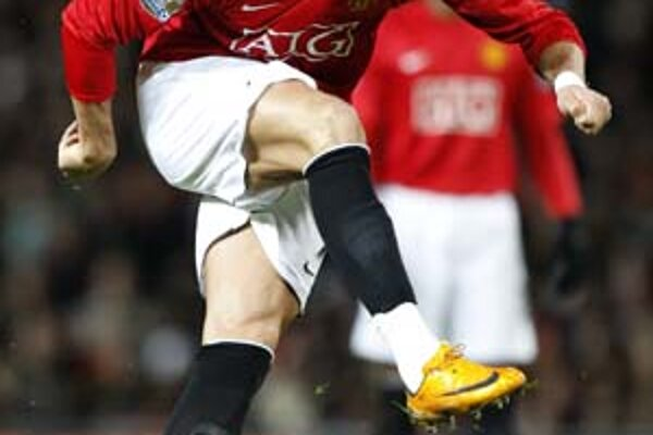 "Lákadlom z Premier League je Cristiano Ronaldo z Manchestru United. Vidíme ho tesne po odpálení historického gólu ""špicom"" ponad múr proti Portsmouthu."