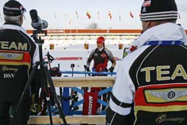Nemka Kati Wilhelmová v rozhovore s trénermi. V Östersunde má pred sebou veľký sen. Hoci má individuálne olympijské zlato zo Salt Lake City i z Turína, MS ešte nevyhrala.