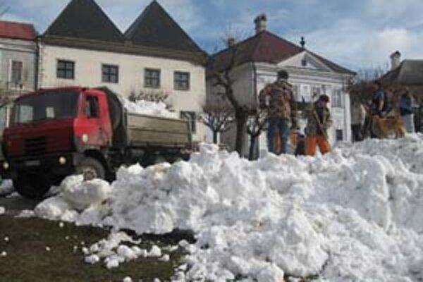 Na kremnické námieste priviezli v tatrovkách tony snehu.