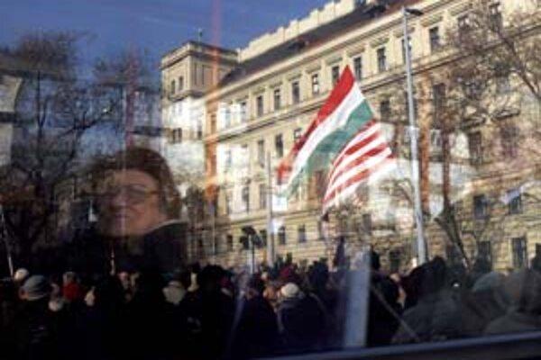 Pohľad z autobusu na radikálov, ktorí demonštrovali proti reforme pred parlamentom.