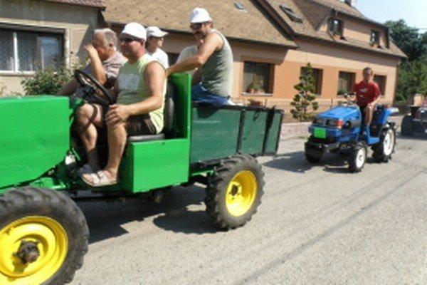 Hurá na miesto priateľských súbojov podomácky vyrobených traktorov.