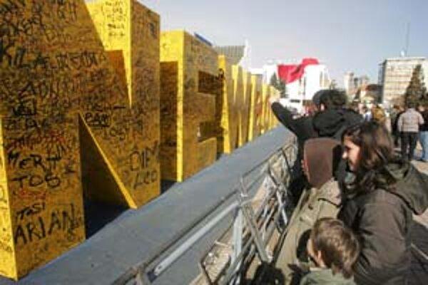 Kosovčania pri novom pamätníku.