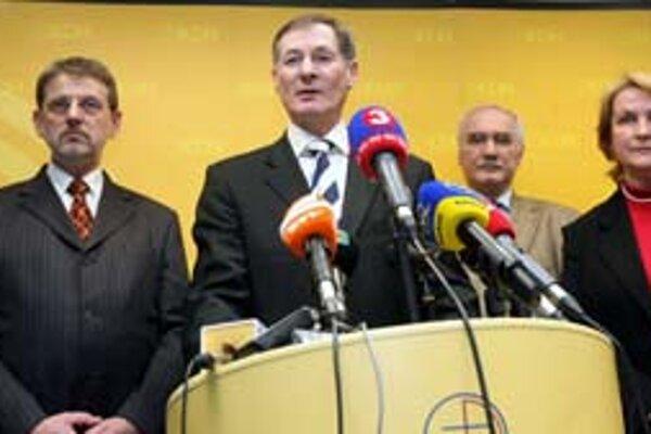 Na tlačovú besedu včera prišlo celé vedenie oslabeného KDH aj s europoslancami.