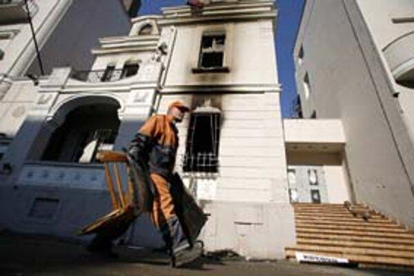 Pred americkou ambasádou v Belehrade sa včera upratovalo.