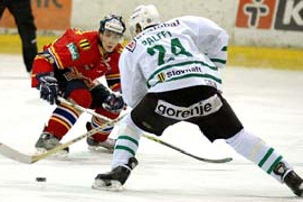 Skaličan Žigmund Pálffy má puk na hokejke, zvolenský obranca Michal Juraško je v strehu. Skalica sa stretne so Zvolenom vo štvrťfinále play off.