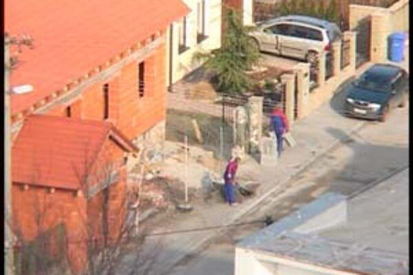 Na zábere zo záznamu vidno robotníkov, ktorí pracujú na dome Bošnákovej dcéry.