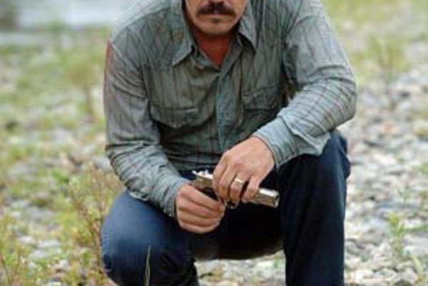 Llewelyn Moss (Josh Brolin) našiel na ceste kufor s dvomi miliónmi dolárov. A potom mal problémy.