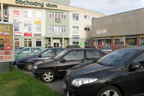 Parkovanie v Senici.
