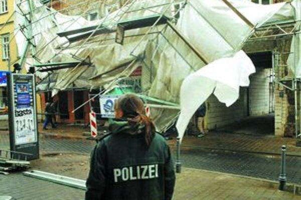 Víchrica Emma za sebou zanechala padnuté strechy a stromy a spôsobila výpadky elektriny.