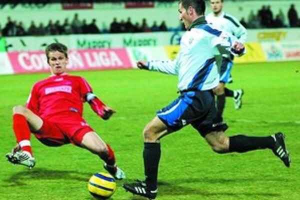 V úvodnom jarnom kole futbalovej Corgoň ligy sa bojovalo na doraz. Zo zápasu Dubnica – Trenčín 2:1.