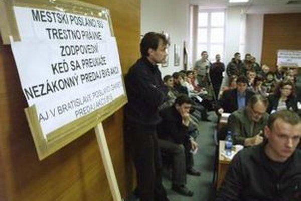 Seničania proti predaju akcií protestovali aj na pôde zastupiteľstva.