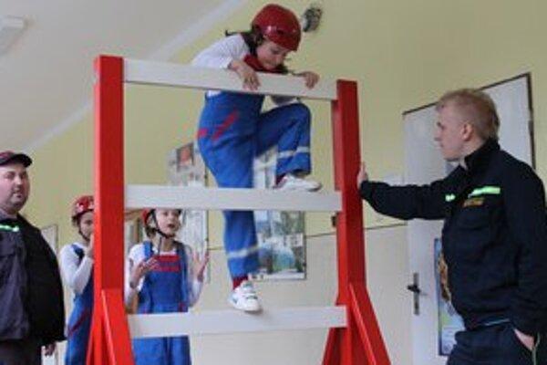 Družstvá detských dobrovoľných hasičských zborov súťažili vo viacerých disciplínach, jednou z nich bola aj prekážková dráha.