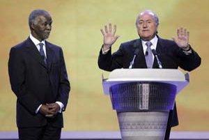 Prezident Svetovej futbalovej asociácie (FIFA) Sepp Blatter (vpravo) s prezidentom Juhoafrickej republiky Thabom Mbekim pred včerajším žrebovaním kvalifikácie majstrovstiev sveta vo futbale.