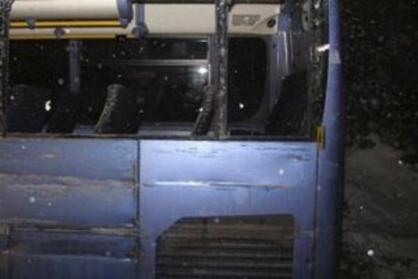 Pri nehode autobusu s osobným autom sa ľahko zranilo pätnásť ľudí.
