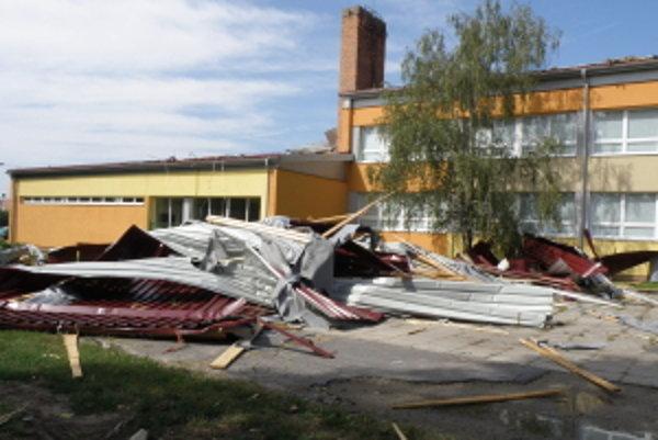 Školský dvor v obci Sekule, strecha sa zrútila priamo na školský dvor.