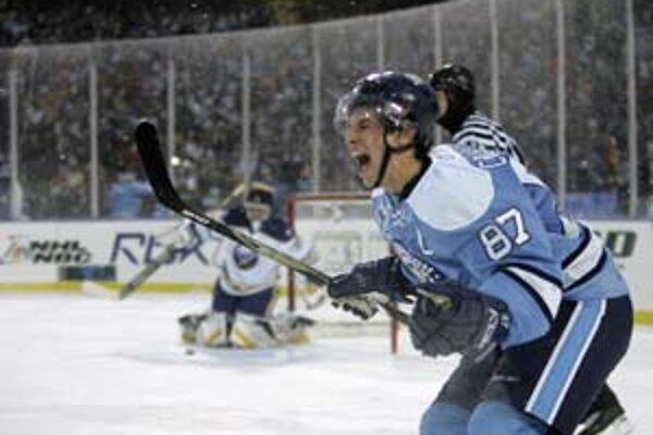 Útočník tímu hostí Sidney Crosby sa teší z víťazného gólu po nájazdoch v zápase pod otvoreným nebom Buffalo - Pittsburgh 1:2. V pozadí je brankár mužstva Sabres Ryan Miller.