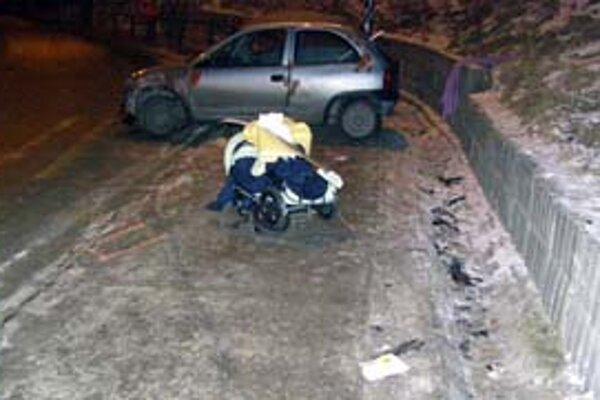 Vodič Opla Corsa, ktorý dostal šmyk a vletel medzi ľudí, mal v krvi 1,5 promile alkoholu. Medzi obeťami nehody bola aj mamička s kočíkom. Dieťa sa lekárom zachrániť nepodarilo.