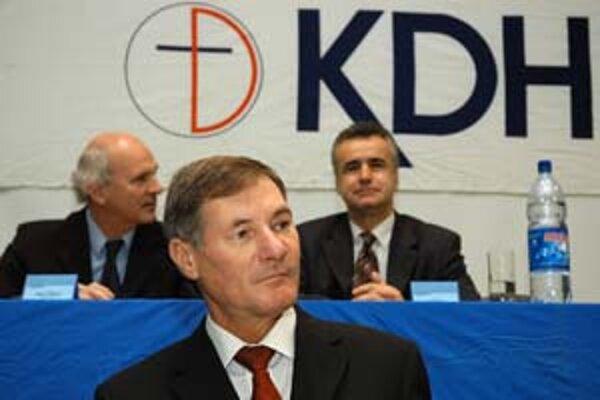 Predseda KDH Pavol Hrušovský (v popredí) preferuje iný spôsob komunikácie s cirkvou, než aký použil Palko.