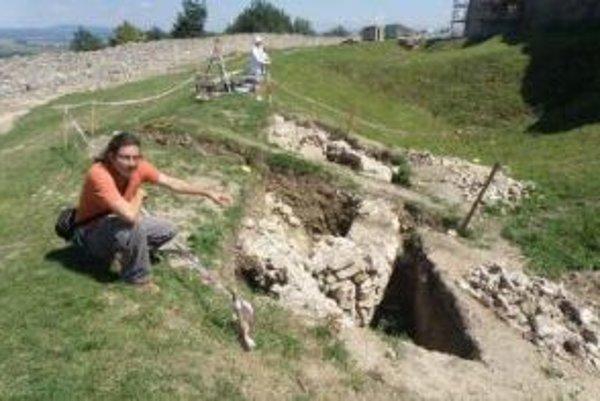 Archeológ Peter Grznár ukazuje zvyšky mosta.