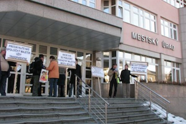 Takto protestovali aktivisti pred Mestským úradom v Senici vo februári.