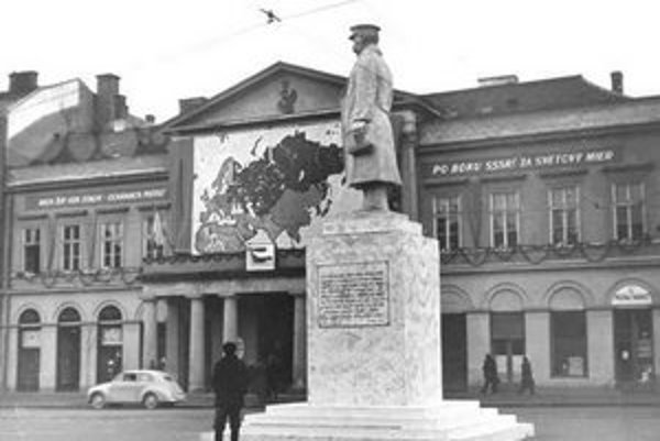 V roku 1949 postavili na Hlavnej ulici v Košiciach sadrovú sochu J. V. Stalina.