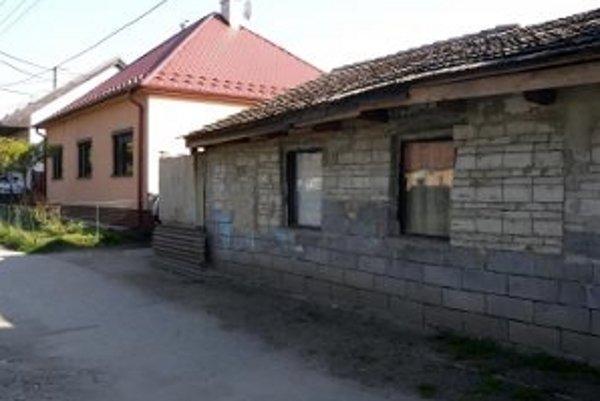 Na snímke vpravo jeden z domov Rómov na Družstevnej ulici v Malackách.