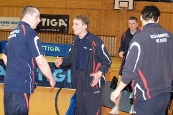 Tréner Stavoimpexu Ladislav Mádel (druhý zľava) burcuje svojich zverencov v prvom finálovom stretnutí.