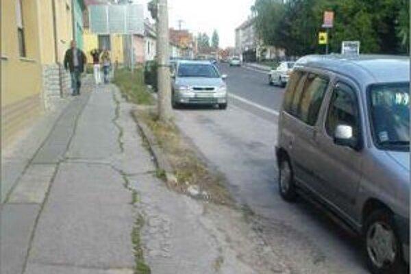Poškodený chodník na Sasinkovej ulici mesto opraví