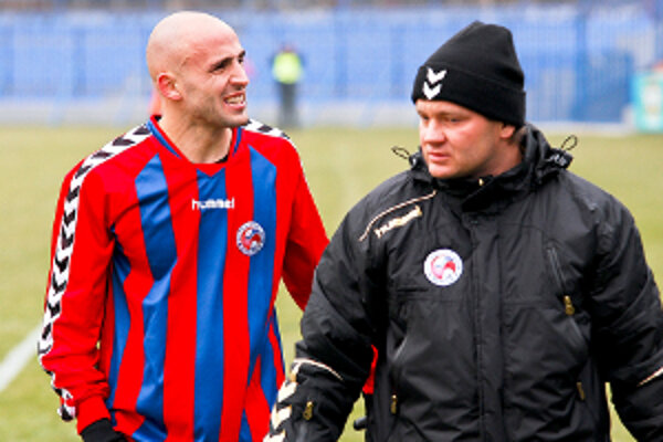 Miroslav Poliaček dal vedúci gól Záhorákov v zápase Senica - Brno. Ihrisko však opustil za doprovodu lekára Hyžu.