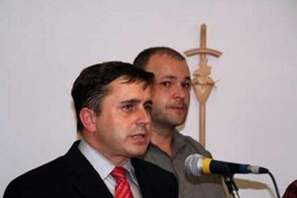 Primátorovi Malaciek Jozefovi Ondrejkovi (vľavo) znížili poslanci plat.